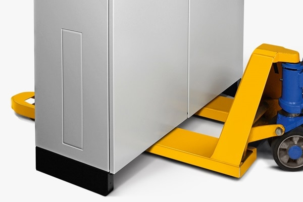 Praktischer Verteilerschrank: Der Bodensockel der Standschränke hat abnehmbare Front- und Rückblenden zum Unterschieben eines Staplers.
