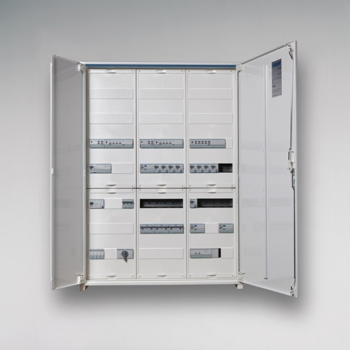 Neues Schaltschrank-Sortiment von Hager: einer der neuen FR-Wandschränke mit Doppeltür.