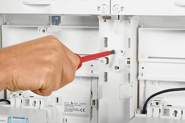 Das Kabelmanagementsystem wird mit dem Schrankgehäuse verschraubt