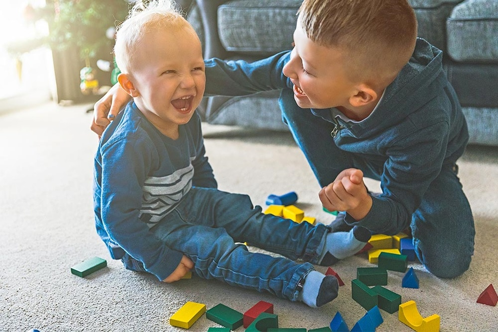 Lachende Kinder beim Spielen