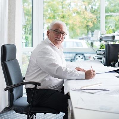 Person erstellt Texte im Büro für Hager, Berker und Elcom.