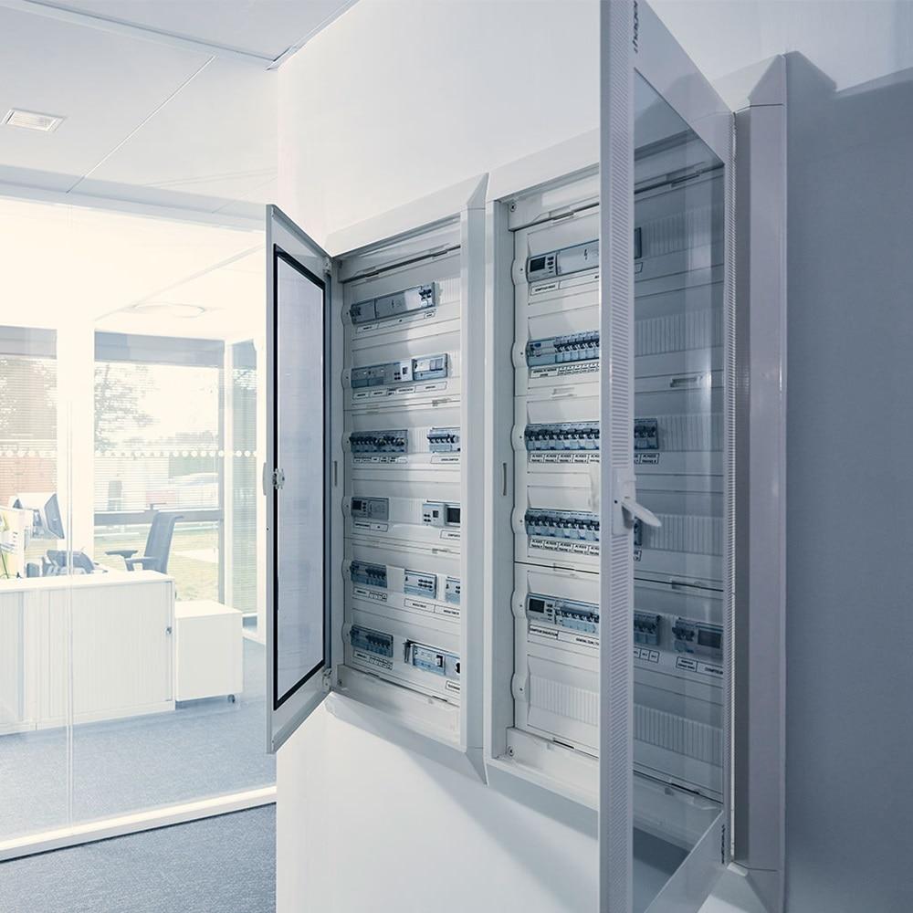 Schaltschrank in einem Bürogebäude mit transparenten Türen
