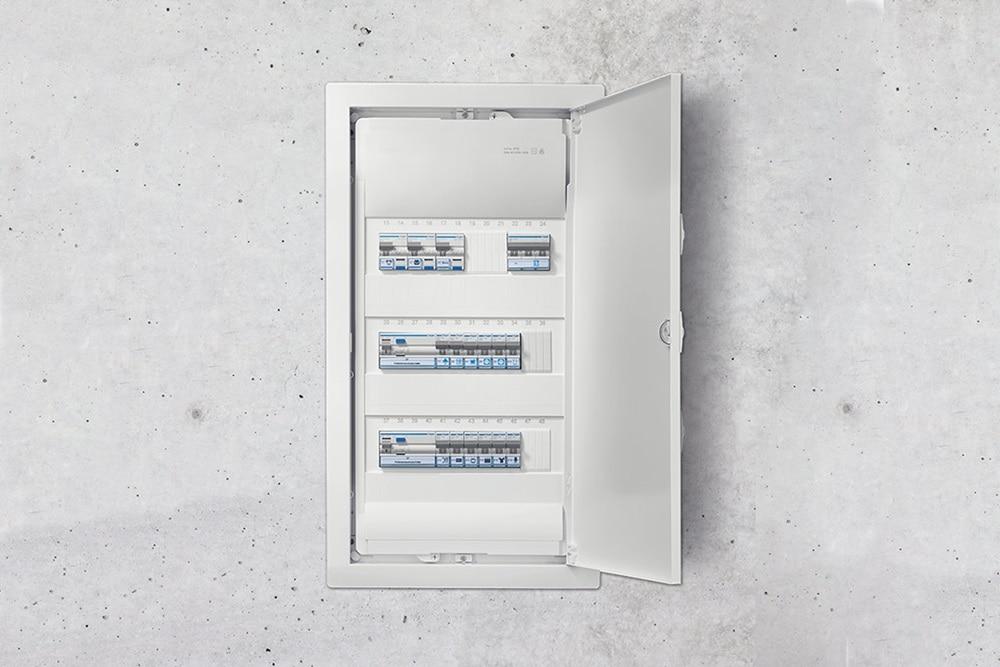 Installierter Kleinverteiler Volta in einer Betonwand