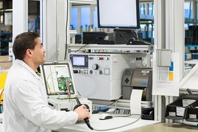 Mitarbeiter in einem Elektrolabor
