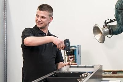 Mitarbeiter der Manufaktur, der mit einem Akkuschrauber arbeitet