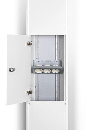 Ausschnitt einer Mediensäule (geöffnet) mit Halterung für Unterputz-Einbaugeräte