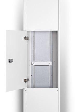Ausschnitt einer Mediensäule (geöffnet) mit einer Kabelabfangschiene