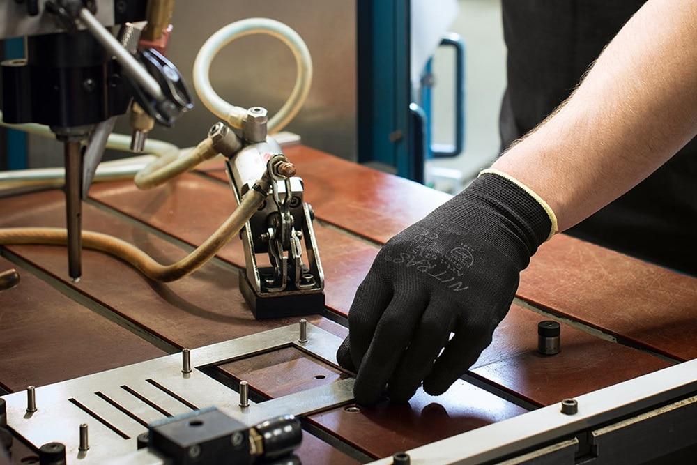 Impression aus der Hager Manufaktur: Produktion einer Stahl-Blende für eine Klingelanlage von Elcom.