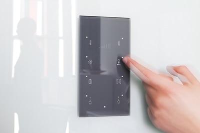 Schalter von Hager sind individualisierbar in Beschriftung, Farbe und Material.