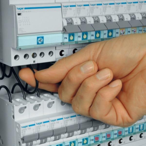 Eine Hand entfernt oder Steckt ein Kabel in ein Reiheneinbaugerät mit quickconnect-System. Es sind keine Stromführenden Teile berührbar.