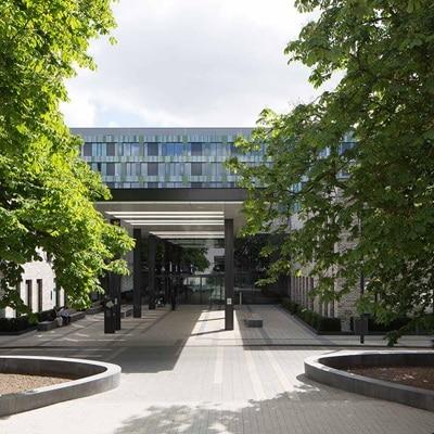 Außenansicht der Siloah Klinik in Hannover, Niedersachsen, die als Hager-Referenz dient.