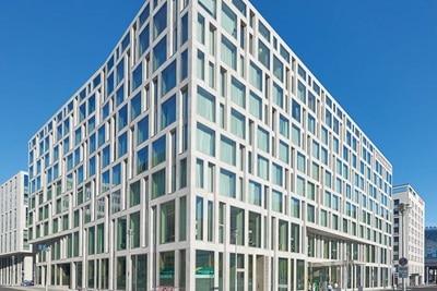 Außenansicht des Hotels Steigenberger Am Kanzleramt in Berlin, die als Hager-Referenz dient.