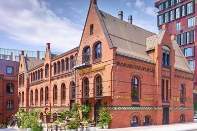 Außenansicht der Hager-Referenz 25hours Hotel Altes Hafenamt in Hamburg.