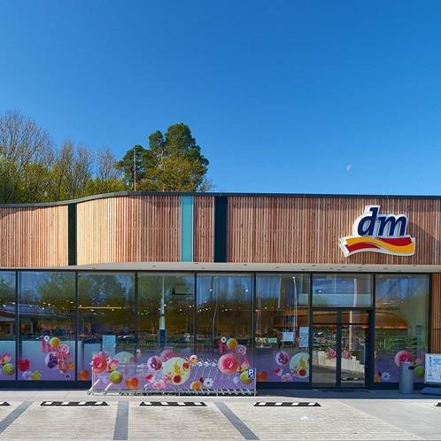 Außenansicht der Hager-Referenz dm-Drogeriemarkt in Schorndorf.