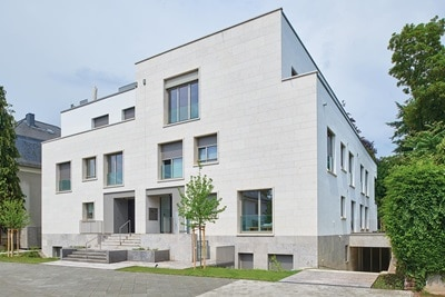 Außenansicht der Villa HOMES des frankfurter Architektenbüros cma cyrus moser architekten, als Wohnbau-Referenz von Hager.