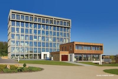 Außenansicht des Verwaltungs- und Ausstellungsgebäude des Fertighausherstellers KAMPA in Aalen-Waldhausen
