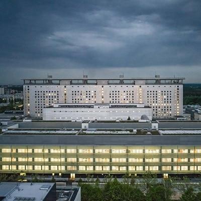 Außenansicht des Operationszentrums OPZ - Klinikum der Universität München am Campus Großhadern, die als Hager-Referenz dient.