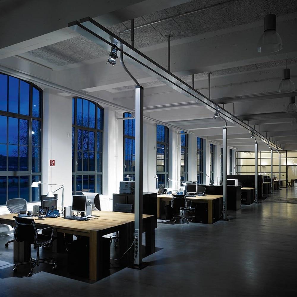 Innenansicht eines Großraumbüros in einem Altbau mit Kabelführung über die Decke